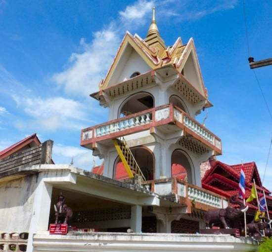 Wat San Chang Hin is located to the west of Route 1021 as you enter town, down the roads beside the canal.