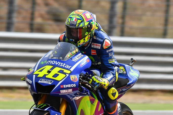 MotoGP- Rossi uses a thumb brake for his amazing recovery ride.