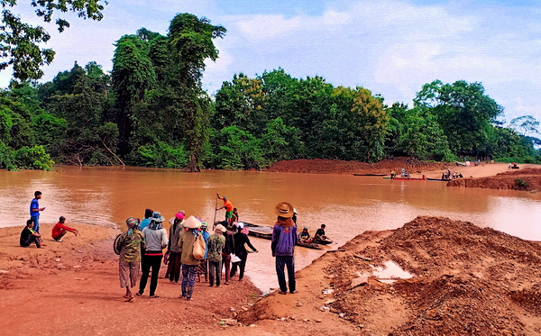 Laos - New Sanamxay bridges in place after the big Attapeu flood